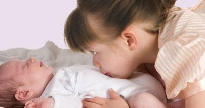 جملة عبقرية تساعد طفلكِ على تقبل مولودك الجديد! image