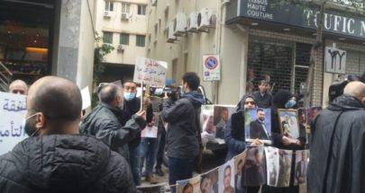 وقفة احتجاجية لعوائل شهداء تفجير المرفأ أمام منزل وزير الاقتصاد image