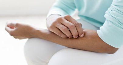 الجلد الجاف والمثير للحكة يمكن أن يكون علامة على مرض مزمن image