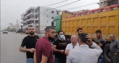 محتجون في المنية يمنعون شاحنات محملة بالإسمنت من العبور image