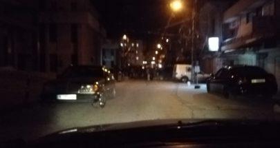 محتجون قطعوا طريق حلبا والطريق المؤدية الى السرايا احتجاجا على توقيف أحد أبناء المدينة image