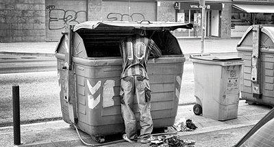 الأكل من القمامة image