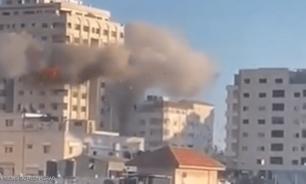 """بالفيديو: غارة إسرائيلية تدمر برج """"مشتهى"""" في غزة image"""