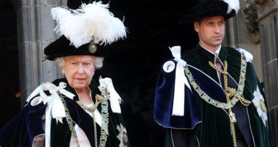 الملكة إليزابيث تعايد الأمير ويليام image