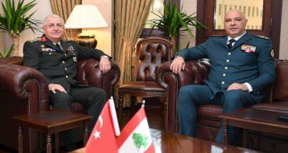 بالصور: لقاءٌ بين قائد الجيش ونظيره التركي image