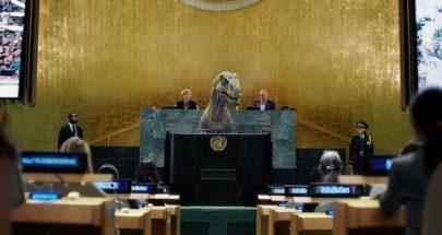 ديناصور يقتحم قاعة الجمعية العامة للأمم المتحدة ويوجه رسالة تحذير للعالم (فيديو) image