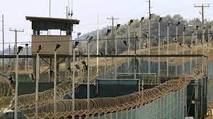 الإمارات ترسل 12 معتقلا سابقا في غوانتانامو إلى اليمن image