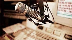 بأقصر شورت في مكتب الإذاعة image